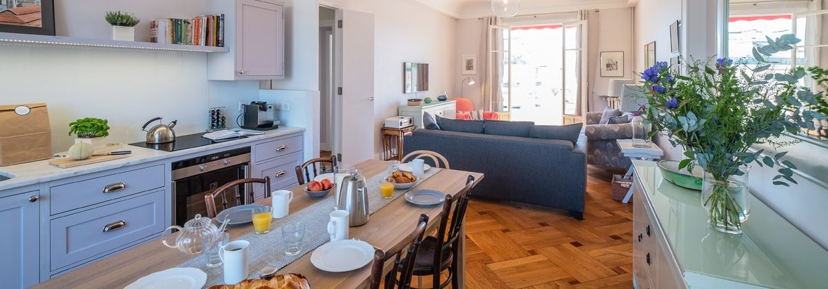 Exclusive holiday letting on the French Rivera - Kitchen diner