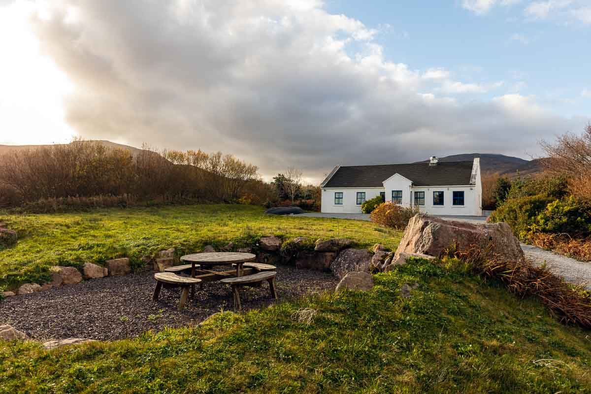 Holiday cottages Wild Atlantic Way - Exterior and picnic table