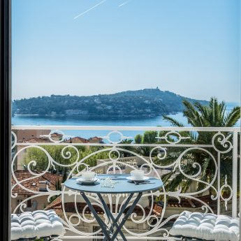 Exclusive holiday rentals on the French Rivera - Balcony sea view through doors